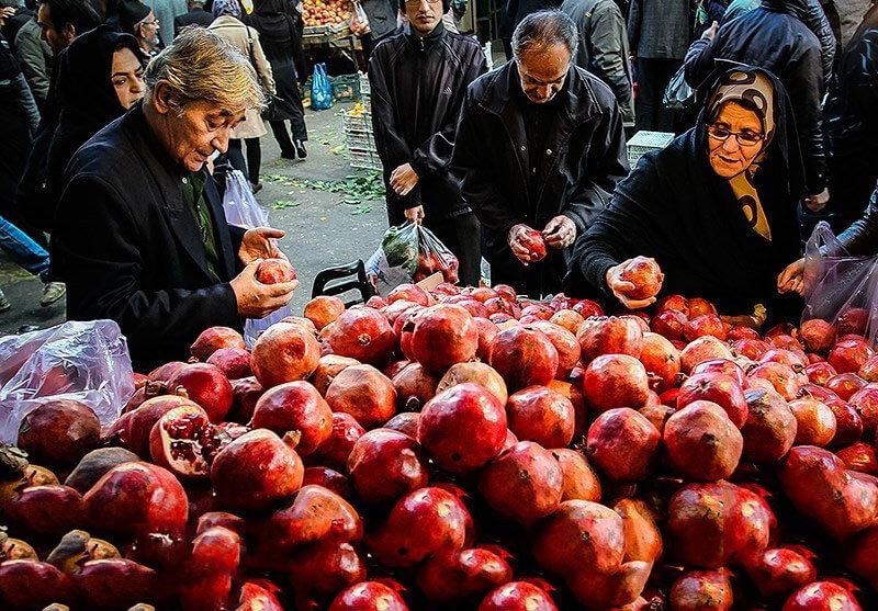 ایرانیان در حال حرید برای شب یلدا